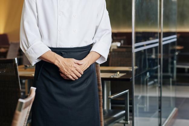 Mężczyzna kelner w restauracji