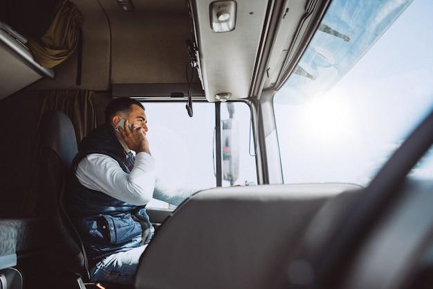 Mężczyzna kierowca ciężarówki w firmie logistycznej