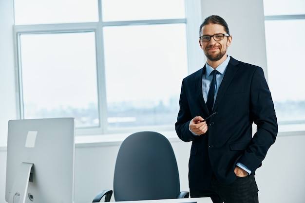 Mężczyzna kierownik w okularach pewność siebie szef pracy