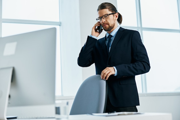 Mężczyzna kierownik w okularach pewność siebie w pracy wykonawczej