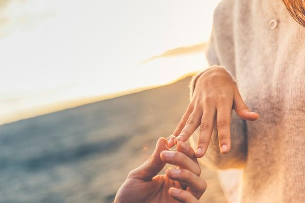 Mężczyzna kładzenia obrączka ślubna na kobieta palcu