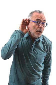 Mężczyzna kładzie rękę na jej uchu, ponieważ nie słyszy na białym tle