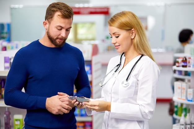 Mężczyzna klient dyskretnie rozmawia z aptekarzem