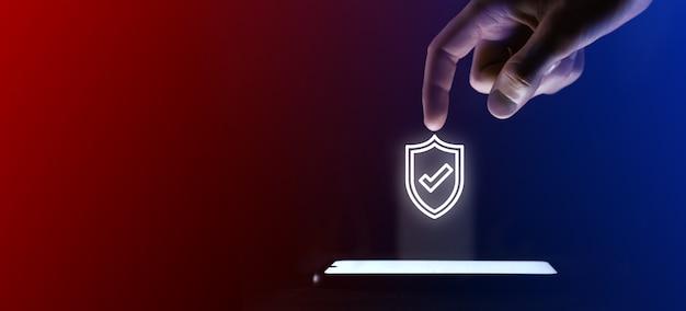 Mężczyzna kliknie palcem ikonę otwartej kłódki. symbol kłódki dla projektu witryny sieci web, logo, aplikacji, interfejsu użytkownika. to wirtualna projekcja z telefonu komórkowego. neony, czerwono-niebieskie światła.