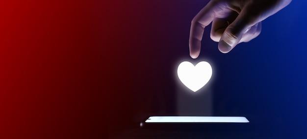 Mężczyzna kliknie palcem w serce, jak ikona. serce jak symbol kłódki do projektowania witryny internetowej, logo, aplikacji, interfejsu użytkownika.