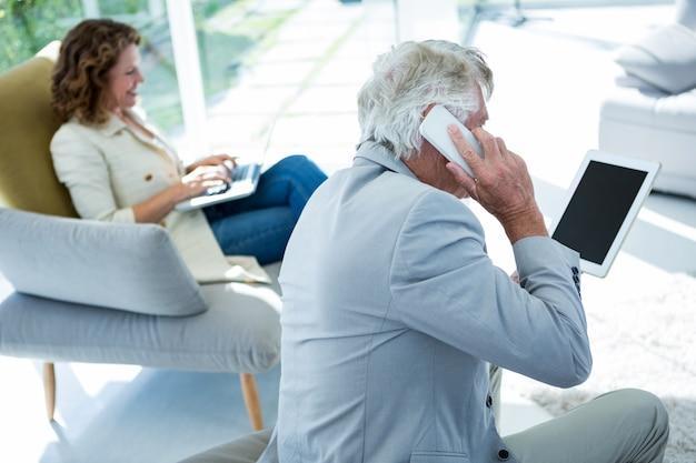 Mężczyzna kobietą opowiada na telefonie komórkowym