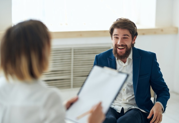 Mężczyzna komunikuje się z kobietą w biurze rozmowy kwalifikacyjnej emocje