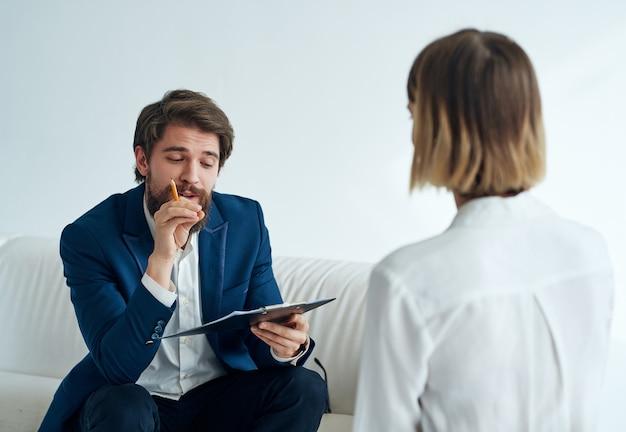 Mężczyzna komunikuje się z pacjentką wizytą u profesjonalnego asystenta psychologa