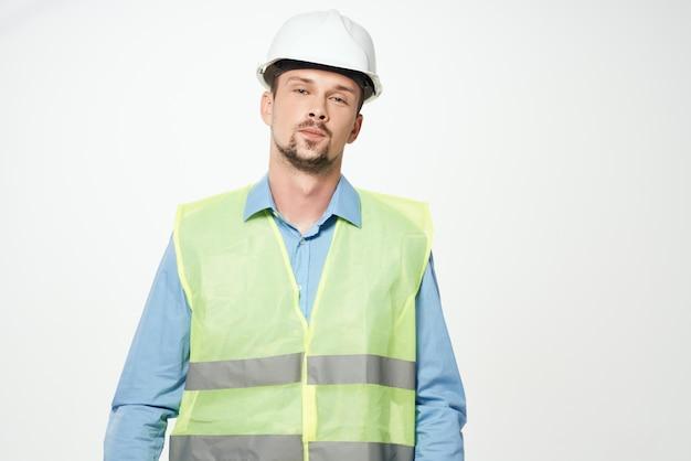 Mężczyzna konstruktor w białym kasku inżynier bezpieczeństwa na białym tle. zdjęcie wysokiej jakości