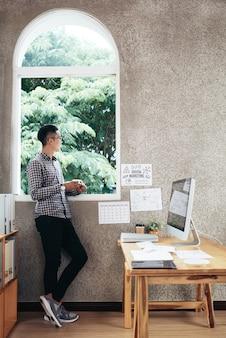 Mężczyzna kontempluje w biurze