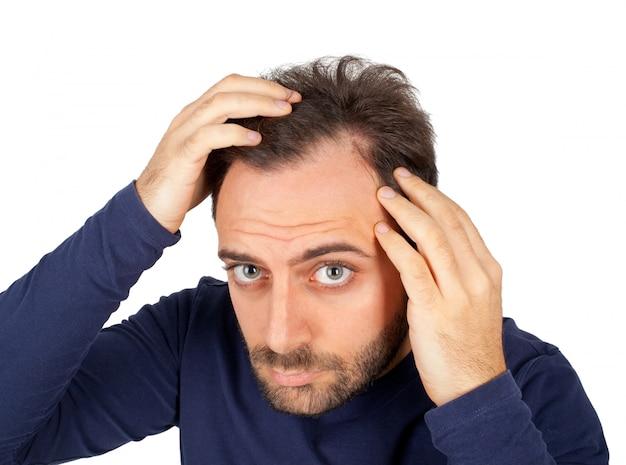 Mężczyzna kontroluje wypadanie włosów
