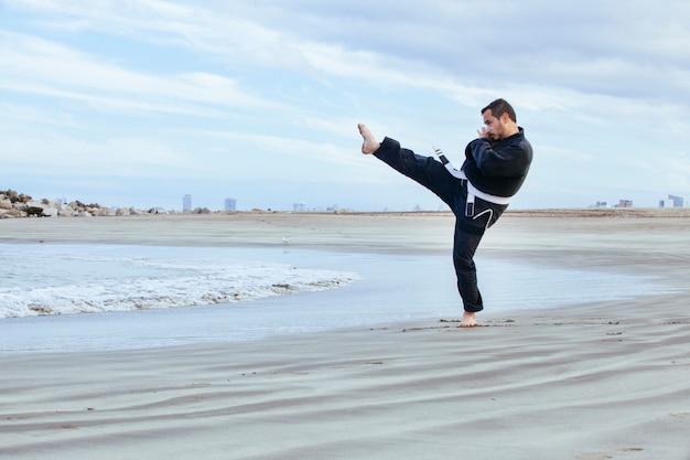 Mężczyzna kopie duży kopnięcie taekwondo