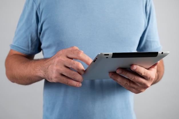Mężczyzna korzystający z cyfrowego asystenta na swoim tablecie