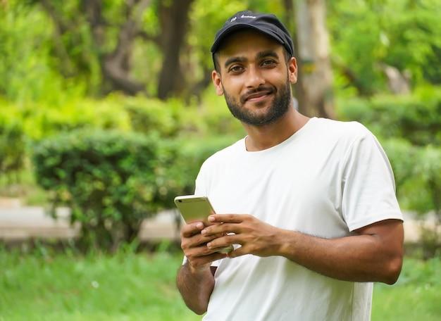 Mężczyzna korzystający z darmowego wi-fi w telefonie komórkowym