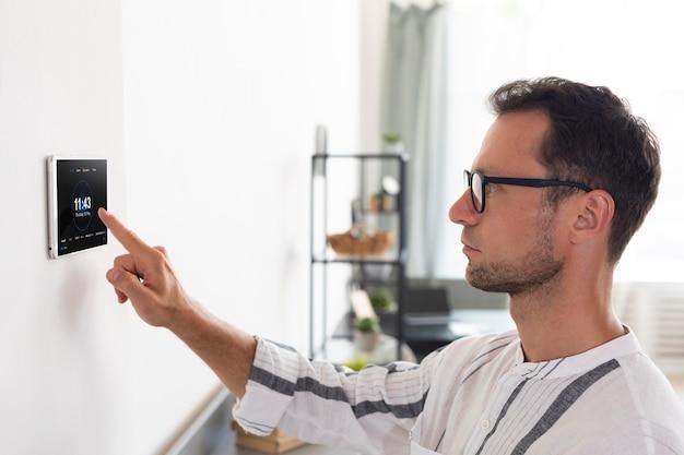 Mężczyzna korzystający z inteligentnego tabletu domowego