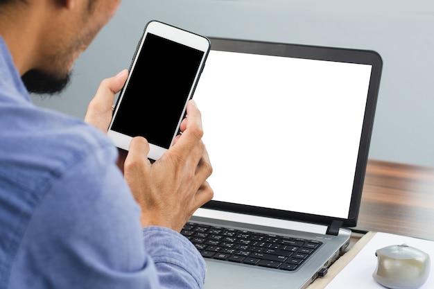 Mężczyzna korzystający z mobilnego komputera w smartfonie