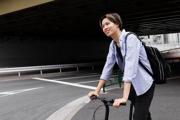 Mężczyzna korzystający z roweru elektrycznego w mieście