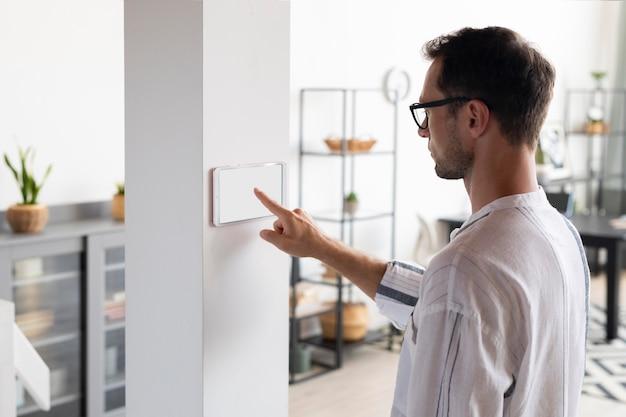 Mężczyzna korzystający z tabletu w swoim inteligentnym domu