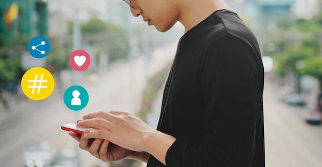 Mężczyzna korzystający z telefonu komórkowego podczas spaceru po ulicy