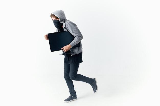 Mężczyzna kradnie monitor komputerowe światło w tle