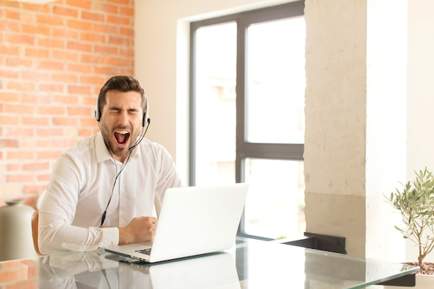 Mężczyzna krzyczy agresywnie, wyglądający na bardzo złego, sfrustrowanego, oburzonego lub zirytowanego, krzyczący nie