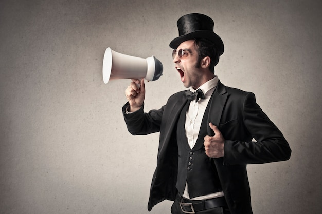 Mężczyzna krzyczy do megafonu