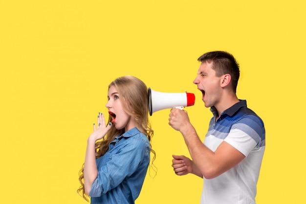 Mężczyzna krzyczy do siebie w megafonach