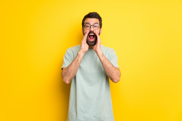 Mężczyzna krzyczy i ogłasza coś z brodą i zieloną koszula