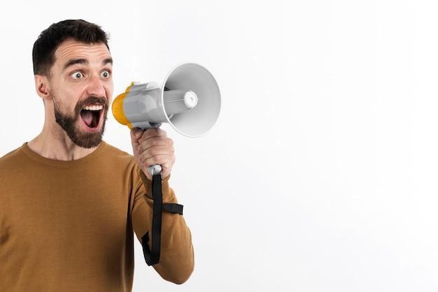 Mężczyzna krzyczy przez megafon
