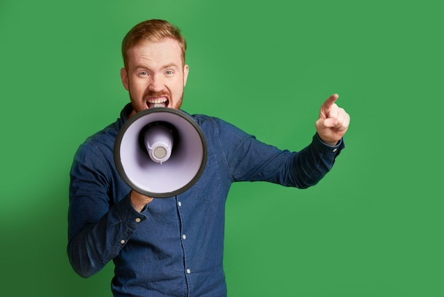 Mężczyzna krzyczy w megafon