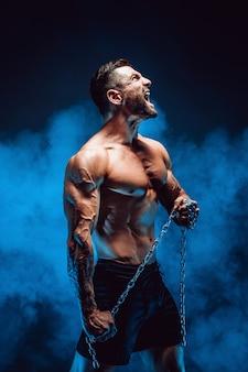 Mężczyzna krzyczy z łańcuchem