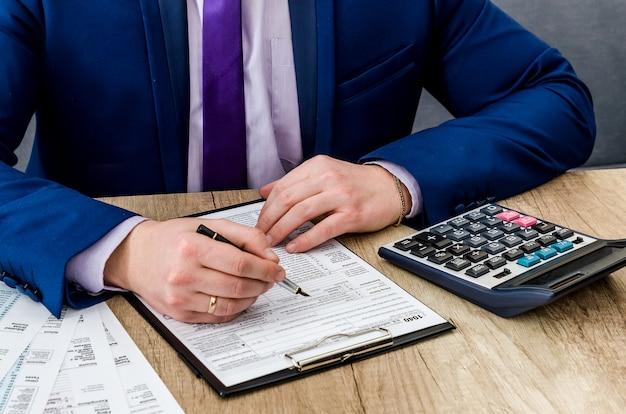 Mężczyzna księgowy wypełnia formularz podatkowy 1040