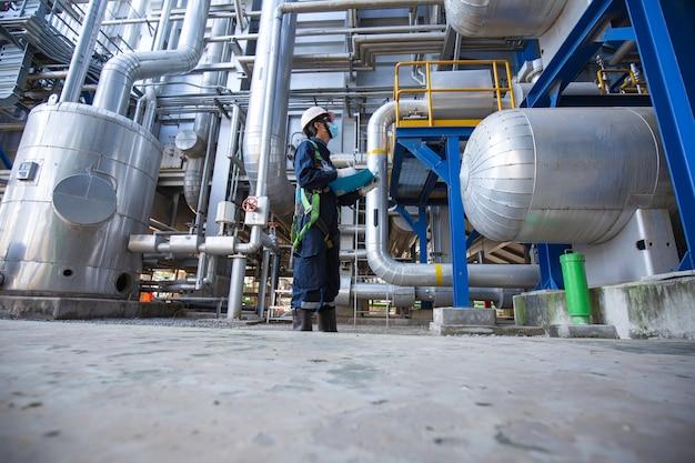 Mężczyzna, który będzie pracownikiem, inspekcja wizualna wewnątrz sterowni, zbiornik zaworów w elektrowniach rurociągowych