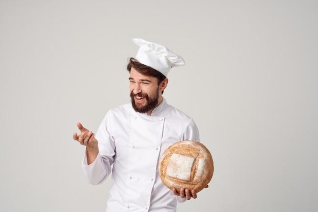 Mężczyzna kucharz praca w kuchni produkty piekarnicze profesjonalne emocje