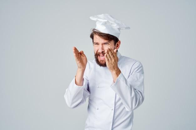 Mężczyzna kucharz pracy jednolitego zawodu kuchnia na białym tle