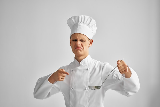 Mężczyzna kucharz w rękach degustuje dania profesjonalnej restauracji