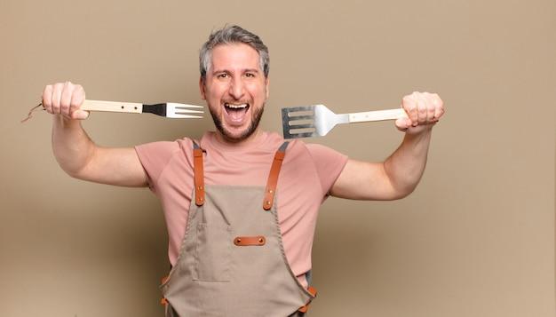 Mężczyzna kucharz w średnim wieku. koncepcja grilla