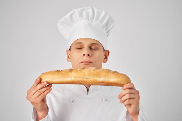 Mężczyzna kucharz z bagietką w rękach świeży produkt profesjonalna praca