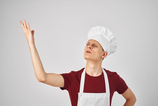 Mężczyzna kucharz z czapką na głowie pracuje w kuchni