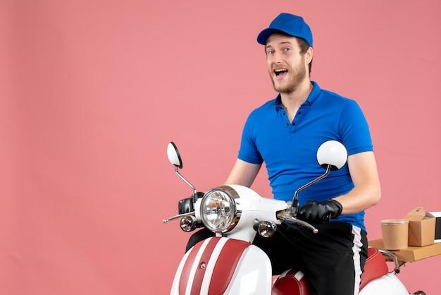 Mężczyzna kurier z widokiem z przodu w niebieskim mundurze jeżdżącym na rowerze na różowo