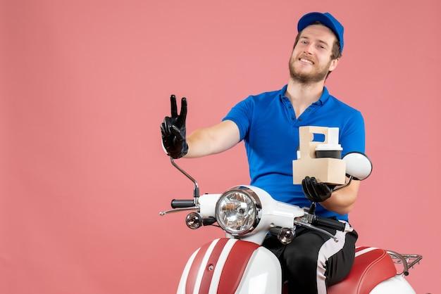 Mężczyzna kurier z widokiem z przodu w niebieskim mundurze siedzi na rowerze i trzyma kawę na różu