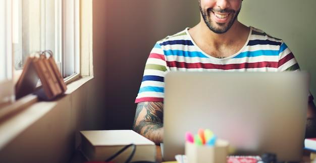 Mężczyzna laptopu dane analizy technologii podłączeniowy pojęcie