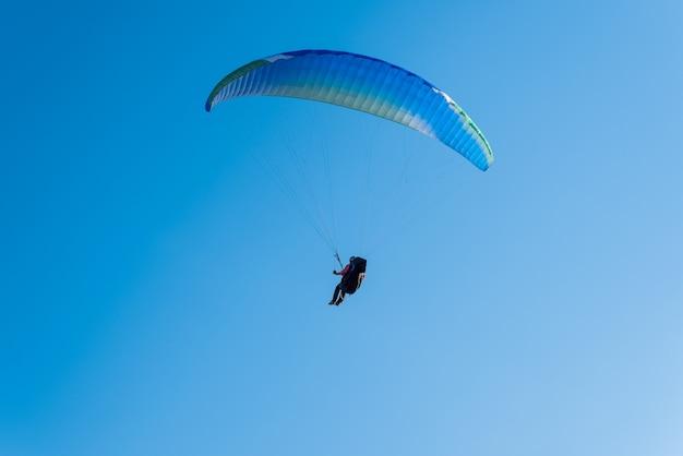 Mężczyzna lecący na paralotni