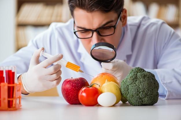 Mężczyzna lekarka sprawdza owoc i warzywo