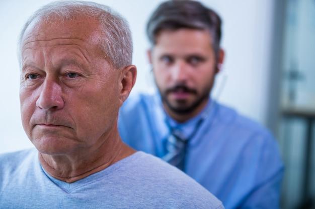 Mężczyzna lekarz bada pacjenta