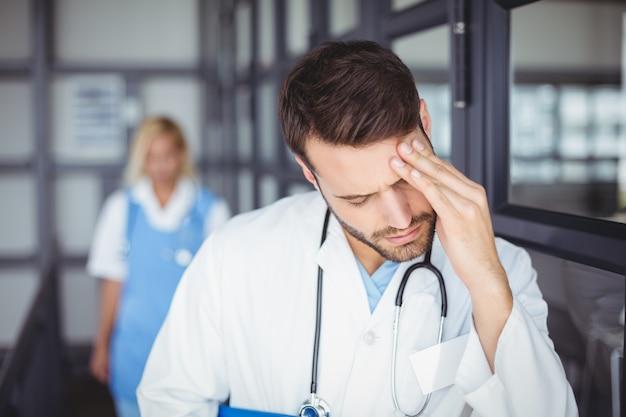 Mężczyzna lekarz cierpi na ból głowy