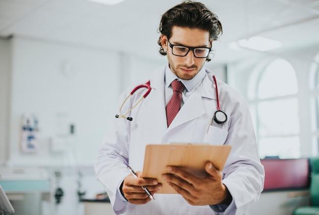 Mężczyzna lekarz czyta raport medyczny