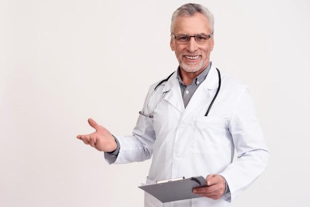 Mężczyzna lekarz jest szczęśliwy i uśmiechnięty