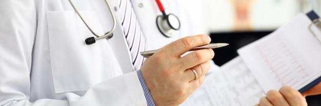 Mężczyzna lekarz medycyny ręki trzymającej srebrny długopis