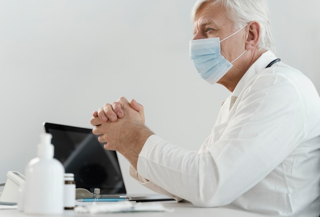 Mężczyzna lekarz przepisujący lek pacjentowi